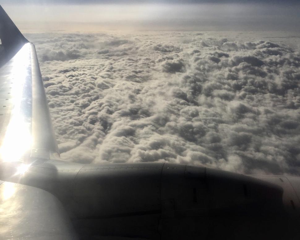 Im Flugzeug über den Wolken