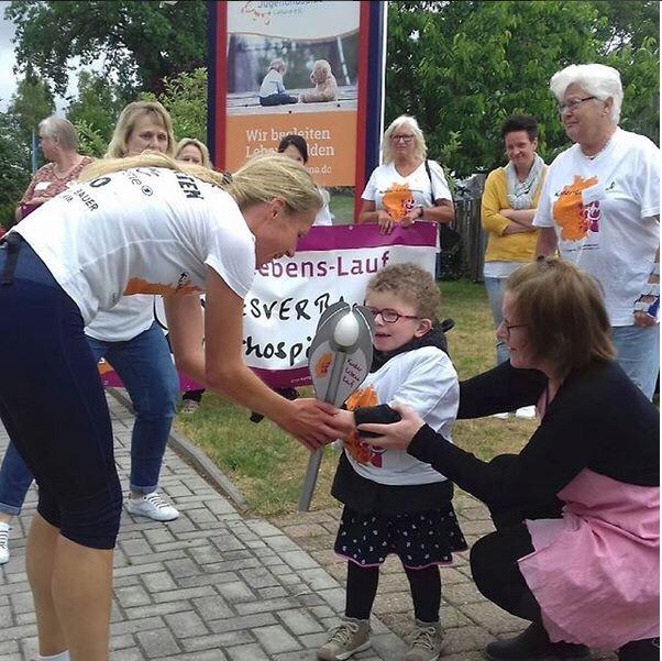 Berührende Momente: Die kleine Amy empfängt die Fackel © Anja Bieber