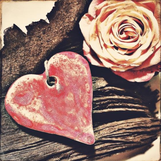 Herz und Rose auf Holz © Sandra Grüning