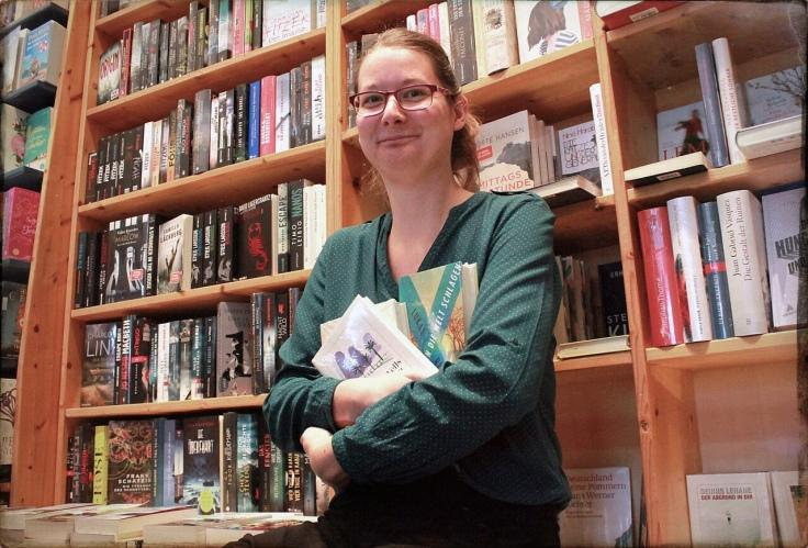 Karolin Asmus, Bücherliebhaberin, vor einem Regal voller Bücher in ihrer Strandbuchhandlung © Sandra Grüning