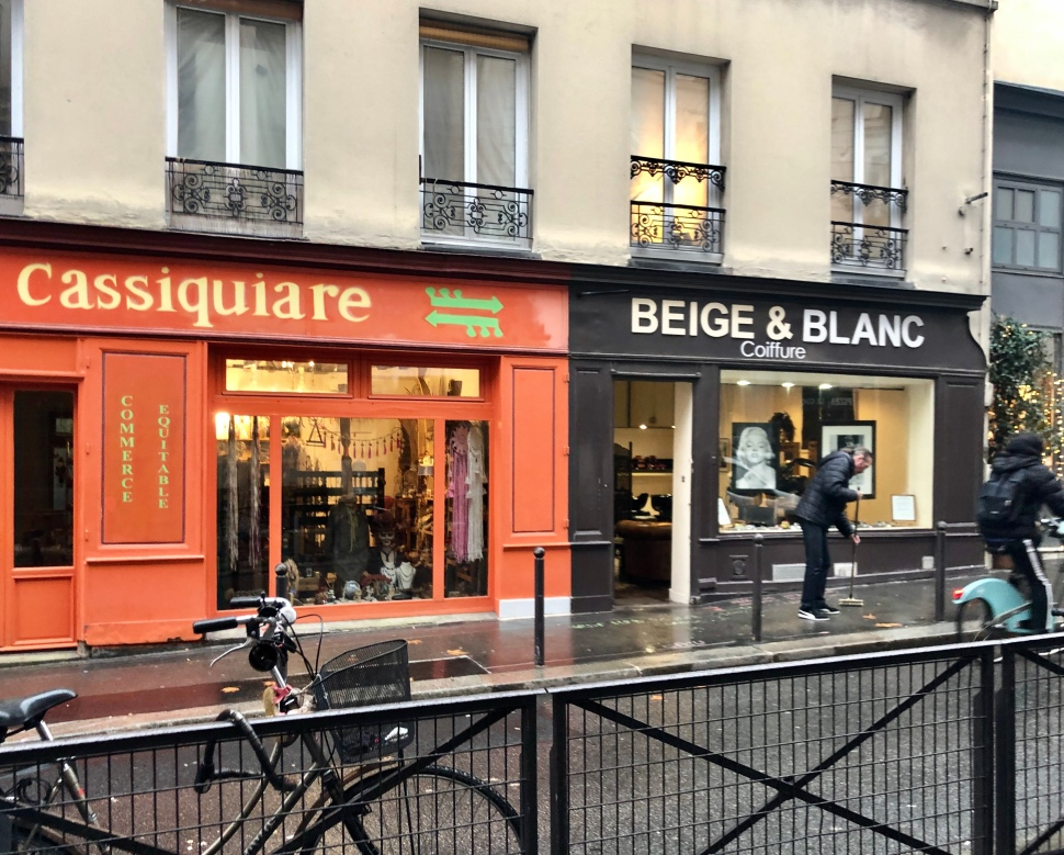 Zwei kleine Läden, ein Coiffure und ein Animositätenladen, im 12. Arrondissement in Paris