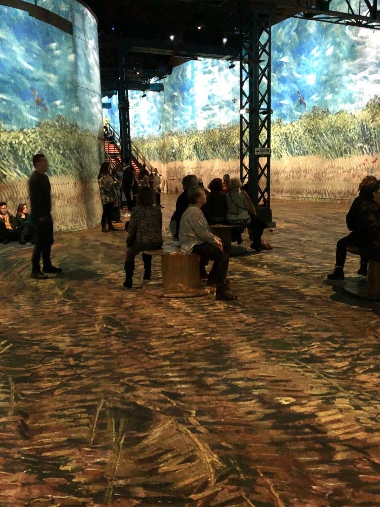 Van Gogh-Ausstellung in alter Fabrikhalle, Laserprojektionen der Bilder an den Wänden und auf dem Boden © Sandra Grüning