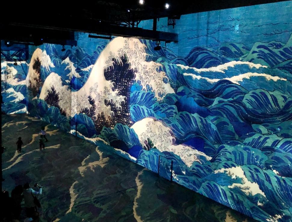 Laserprojektion eines japanischen Holzschnitts auf eine Fabrikwand, Wellen und Meer © Sandra Grüning