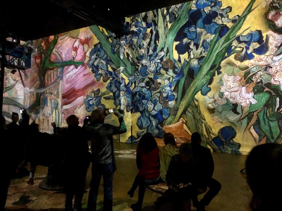 Laserprojektion eines Blumenstilllebens von van Gogh © Sandra Grüning
