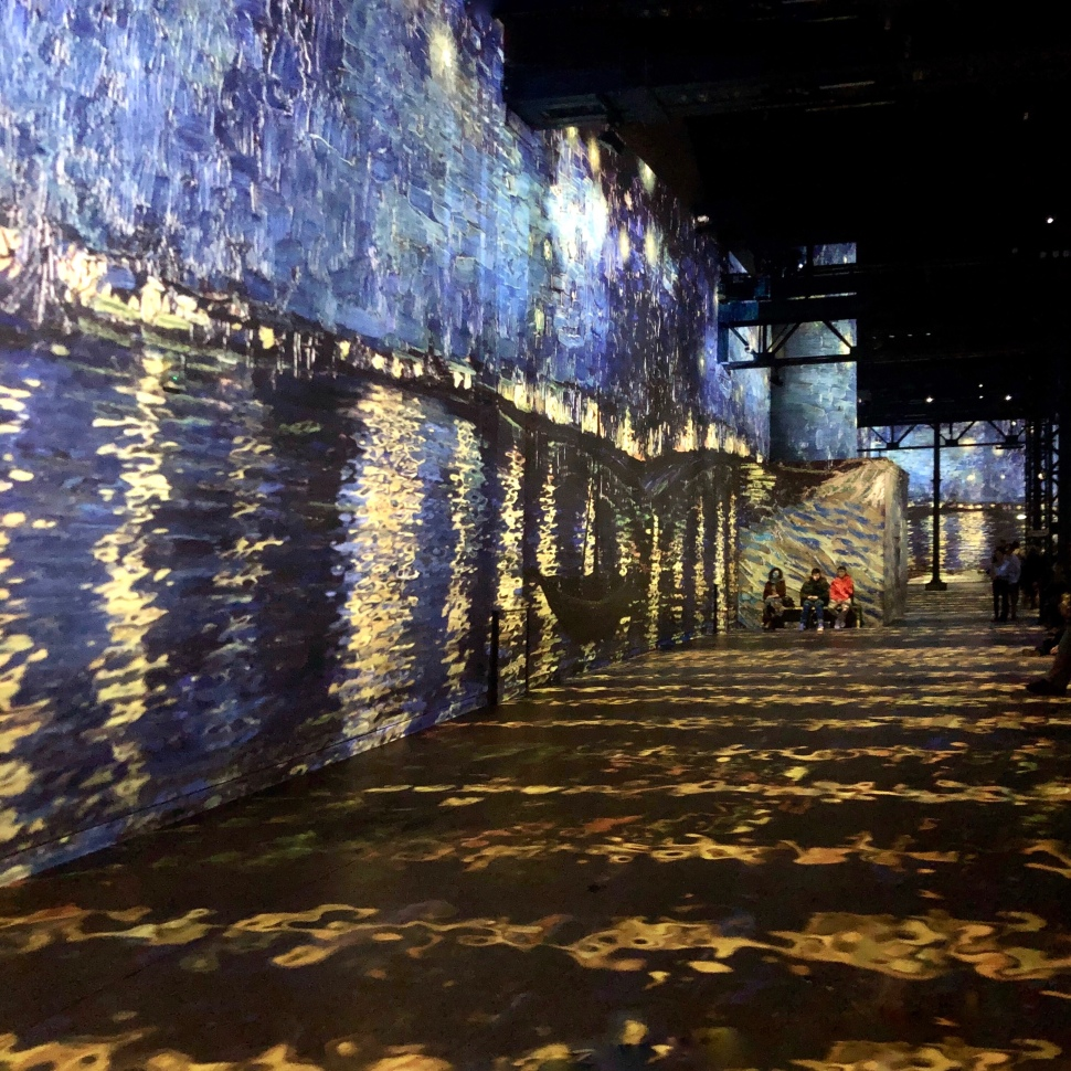 Laserprojektion der Sternennacht von van Gogh in einer Fabrikhalle © Sandra Grüning