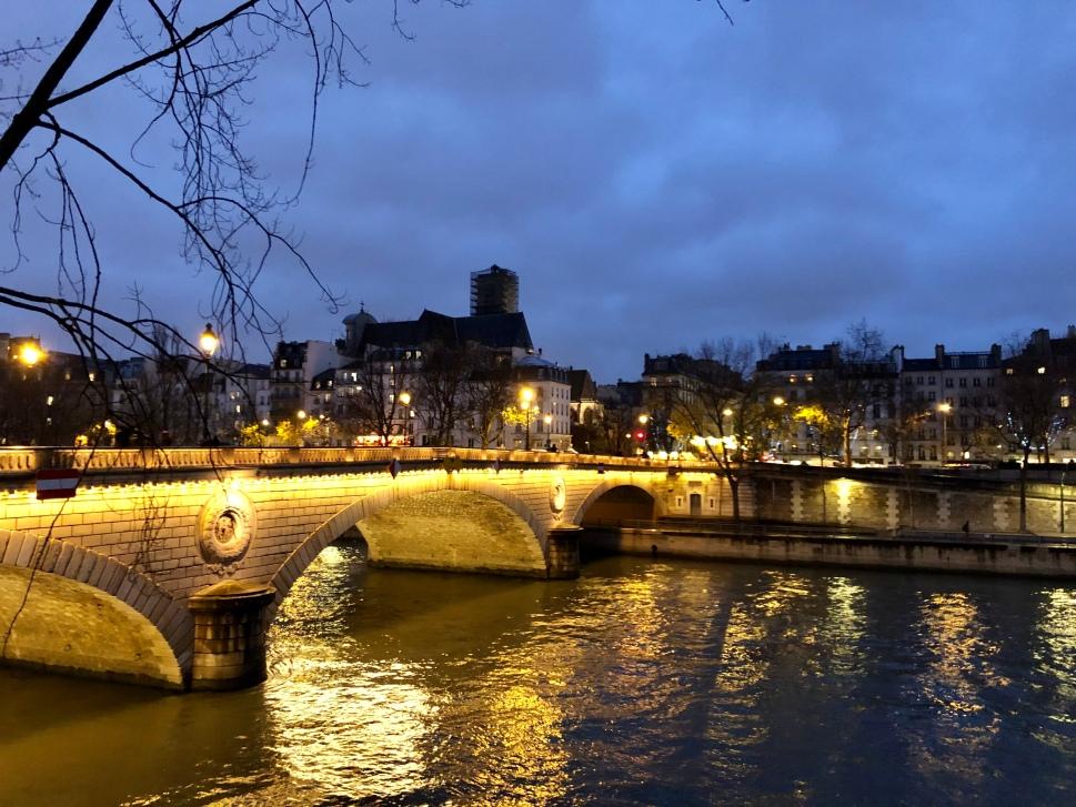 Beleuchtete Brücke über die abendliche Seine © Sandra Grüning
