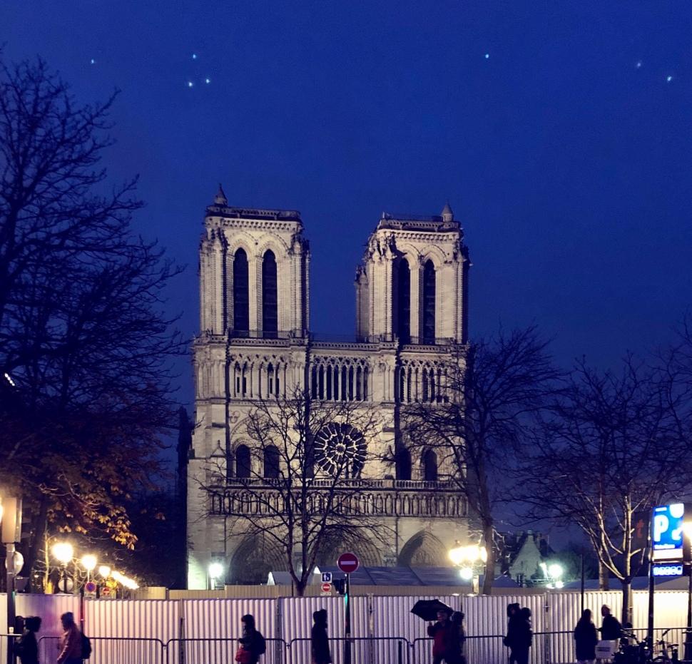 Fassade von Notre Dame bei Nacht © Sandra Grüning