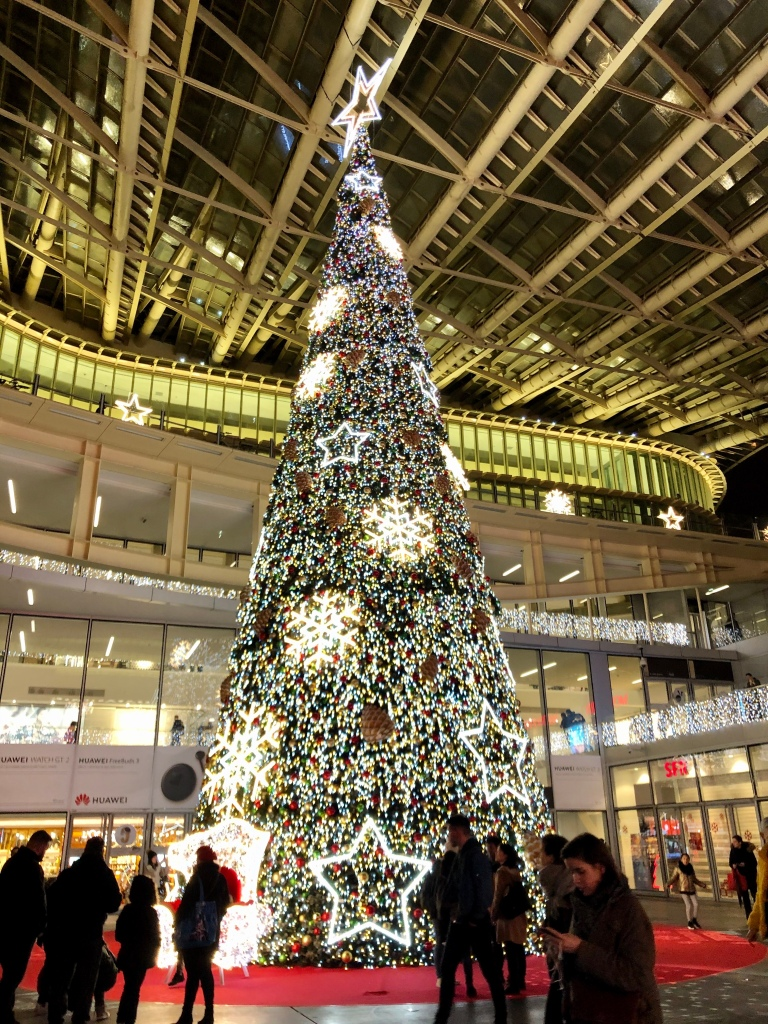 Riesiger Christbaum in Pariser Einkaufszentrum © Sandra Grüning
