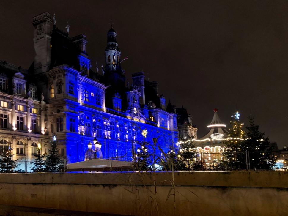 Blau angestrahltes Pariser Gebäude © Sandra Grüning