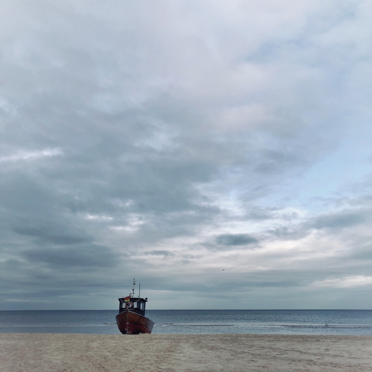 Einsames Fischerboot am Meer