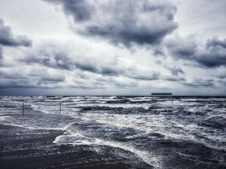 Stürmisches Meer mit Gischt auf den Wellen.